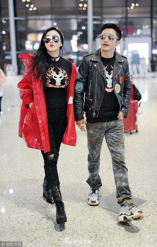 2018年12月4日上海,拳王邹市明与妻子冉莹颖现身上海虹桥机场,两人手牵手恩爱十足。
