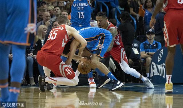 """北京时间11月9日,火箭在客场以80-98不敌雷霆。雷霆取得七连胜。拉塞尔-威斯布鲁克缺阵,""""泡椒""""保罗-乔治得了20分、11个篮板、6次助攻和6个篮板,斯蒂芬-亚当斯19分10个篮板,丹尼斯-施劳德和泰伦斯-弗格森各得14分。詹姆斯-哈登得了19分、8个篮板和5次助攻,克林特-卡佩拉17分7个篮板,PJ-塔克13分,克里斯-保罗10分、5次助攻和6个抢断。"""