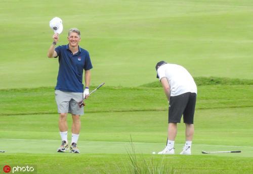 鲁尼与施魏因斯泰格打高尔夫