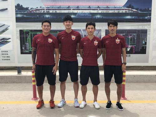 上港董事长携4名党员球员抵新球场 慰问建筑工人