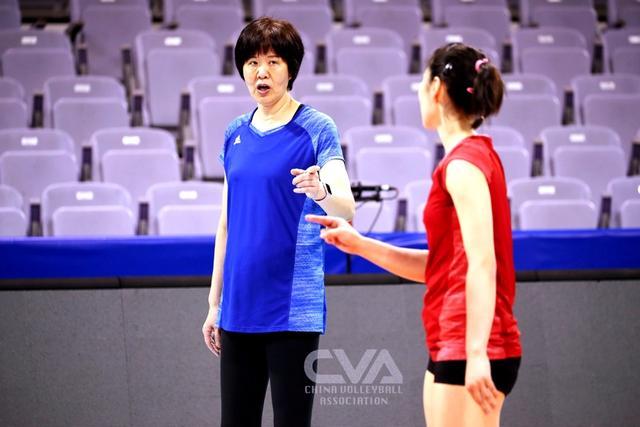 巩俐现身中国女排训练现场图片 35913 640x426
