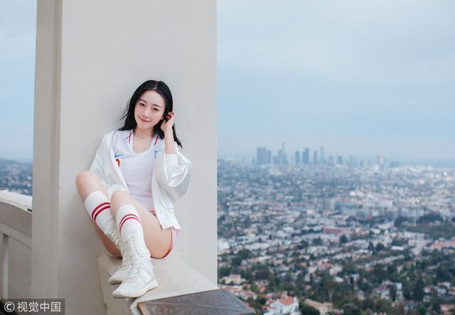 2018年7月11日讯,北京,女星变身清纯足球宝贝,50层高楼拍写真助威英格兰。