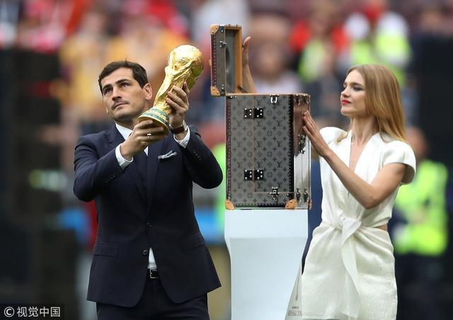 2018年6月14日,俄罗斯莫斯科,2018俄罗斯世界杯揭幕战,俄罗斯Vs沙特阿拉伯。卡西利亚斯与超模娜塔莉亚·沃佳诺娃携大力神杯亮相。