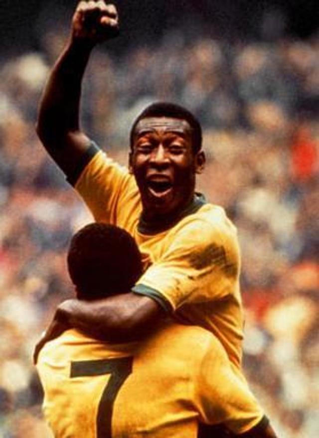 1970年,贝利已经是人们熟知的那个巴西巨星,再次参加世界杯巴西再次夺冠。贝利被队友亚尔津霍举起庆祝的画面成为了世界杯经典之一。