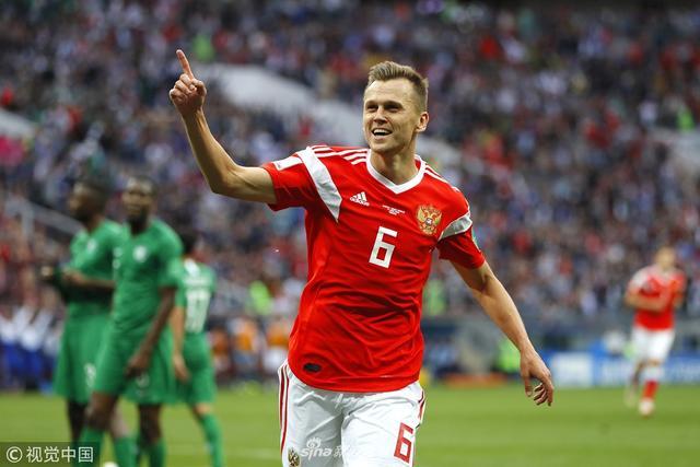 6月14日23时,第21届世界杯揭幕战在莫斯科卢日尼基球场打响,A组东道主俄罗斯5比0大胜沙特,取得开门红,终结连续7场不胜。加津斯基头球首开纪录,扎戈耶夫因伤退场,替补他出场的切里舍夫扩大比分,成为世界杯历史上首位揭幕战进球的替补球员。下半时,高中锋久巴出场89秒就头槌破门。补时阶段,切里舍夫和戈洛温又连下两城,戈洛温此役还有两次助攻。