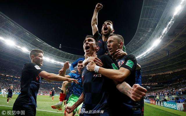 北京时间7月12日2时(俄罗斯当地时间11日21时),世界杯半决赛第2场在莫斯科卢日尼基球场展开较量,克罗地亚加时2比1逆转英格兰,首度打进世界杯决赛,将与法国争夺冠军。开场284秒,特里皮尔打进国家队处子球。下半时,佩里希奇扳平比分并打中立柱。加时赛,佩里希奇助攻带伤作战的曼朱基奇上演绝杀。
