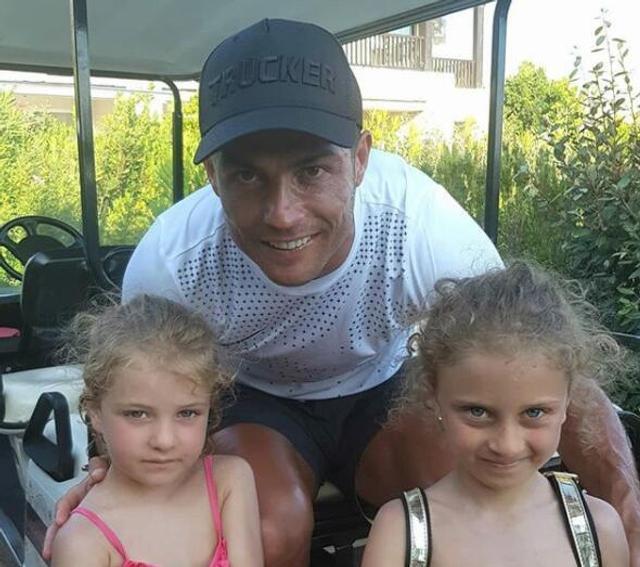 近日,两位小女孩在度假时候偶遇C罗,并且获得了尤文球衣签名。