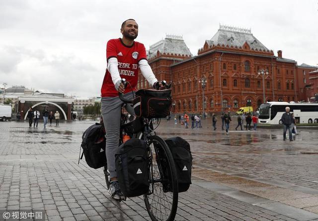 2018年6月12日,俄罗斯莫斯科,2018俄罗斯世界杯前瞻,埃及球迷骑行7000公里抵达俄罗斯。
