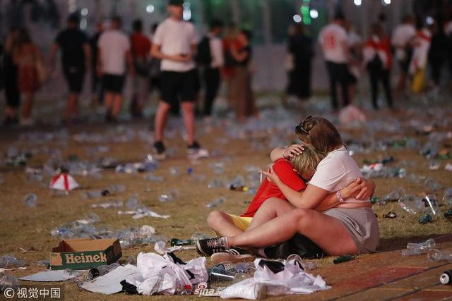 2018年7月11日,英国,2018俄罗斯世界杯半决赛,克罗地亚2-1英格兰,英格兰球迷垃圾扔满地。