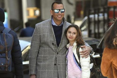 罗德里格斯与爱女现身纽约街头