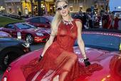 帕丽斯·希尔顿红裙坐跑车凹造型