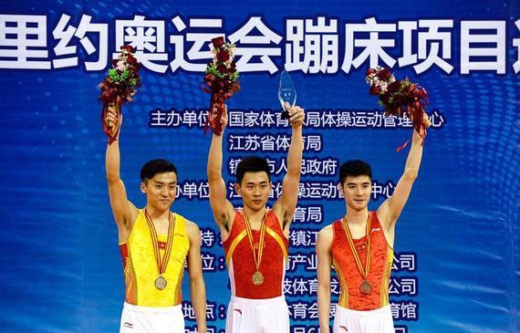 从左到右:董栋、高磊、涂潇领奖
