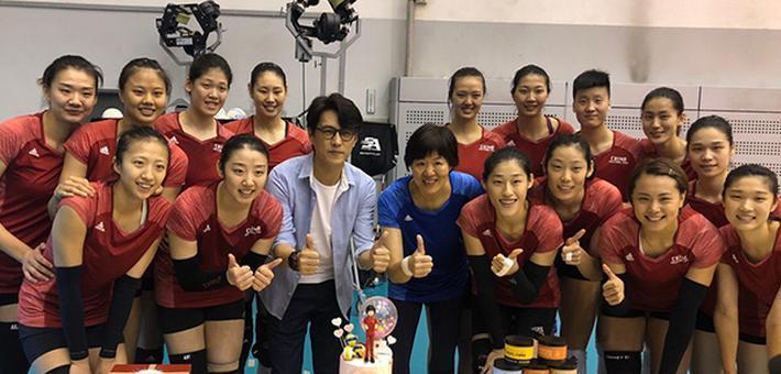 靳东拜访中国女排 为姑娘们加油鼓劲