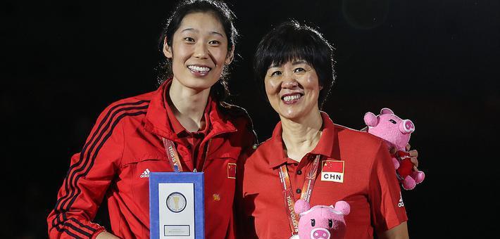 世锦赛-女排夺季军 郎平朱婷开心领奖