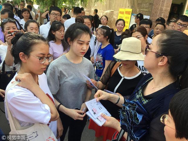 2018年6月6日,西安高考考生们在家长的陪同下,前往考点熟悉考场,并进行外语听力试听。