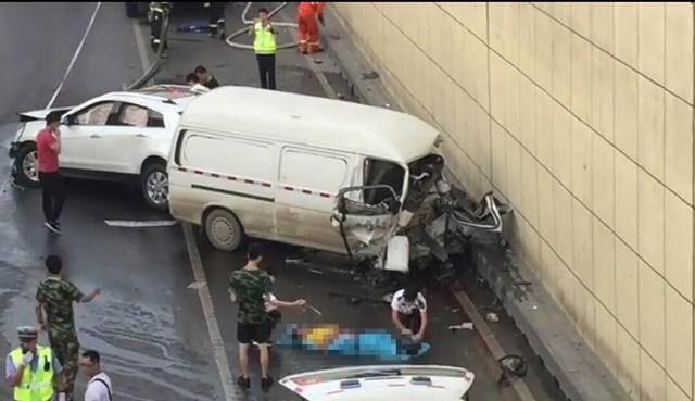 今天早上5点半左右,西安环城西路玉祥门下穿隧道由北向南方向发生一起两车相撞交通事故。一辆白色凯迪拉克SUV与一辆货运面包车发生碰撞,面包车损毁严重。