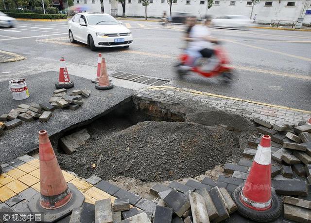 2018年8月22日,西安市西郊金曹路,一个月里,这段路经常塌陷出现大坑,让附近的老百姓出行困难。