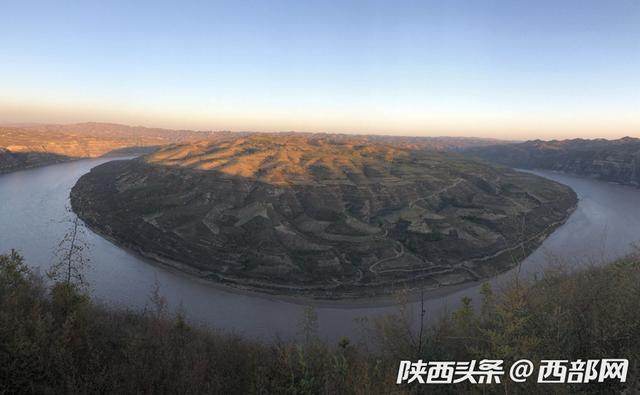 """西部网讯(记者 凌旎)陕西省榆林市清涧县有一个不输延安""""乾坤湾""""的小众景区,名为无定河曲流群地质公园,共有太极圣境、鱼儿峁、北国风光三个景区。无定河在此蜿蜒14公里分布16个大小各异的曲流,形成了密集的曲流群。"""