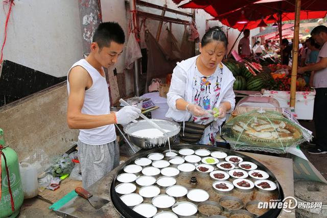 西部网讯(记者 魏永贤)西安西影路王家村,85后小王和爱人现做现卖米糕,米糕中间夹的馅料有红豆沙、绿豆沙、哈密瓜、紫薯等。