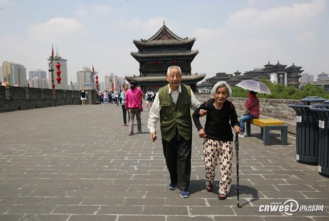 西部网讯(记者 魏永贤) 5月7日上午, 83岁弟弟马相臣搀着87岁的姐姐马相贞游览西安城墙,80多年的姐弟情感动游客。