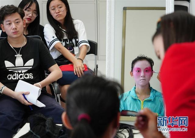 6月4日,陕西省京剧院国家二级舞台美术师冯晓梦(右一)给学生上京剧戏曲化装课。