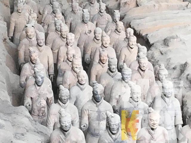 来源:西部网 作为世界八大奇迹之一,兵马俑威名震耳,不少人也曾来过西安,一睹兵马俑的真容。记者发现还真没有发现双眼皮的兵马俑。