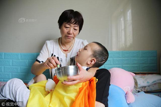 8月22日消息,2017年3月29日,陕西6岁男童鹏鹏遍体鳞伤被送进渭南市第一医院。当时孩子心脏已停止跳动,多处皮肤溃烂。