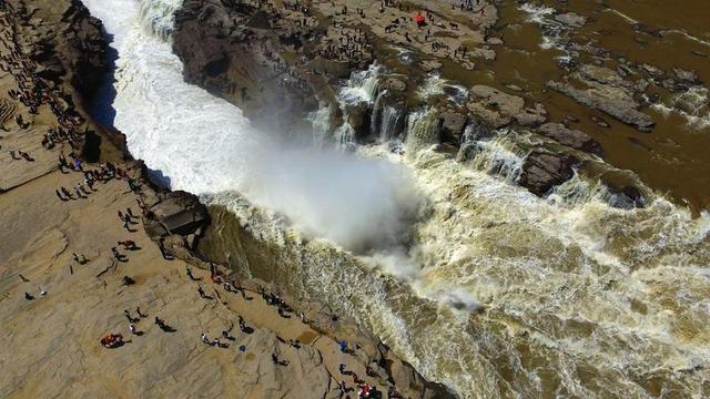 鸟瞰三秦大地,自南至北,三条江河环绕其间:一条是发源于汉中的汉江,她是长江最长的支流;一条是由甘肃入陕的渭河,她横贯八百里秦川,是黄河最大的支流;还有一条就是从内蒙古入陕的黄河,她流经我省13个县(市、区),是省内流域面积最大的河流。图为航拍壶口瀑布。