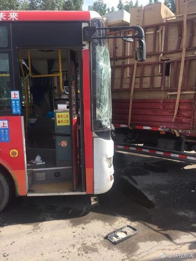 突发!今天上午9点左右,西安石化大道雷寨发生车祸,一辆公交车与货车发生碰撞,目击者称多名乘客受伤,事发道路严重拥堵。(陕视新闻 记者:牛冬冬)