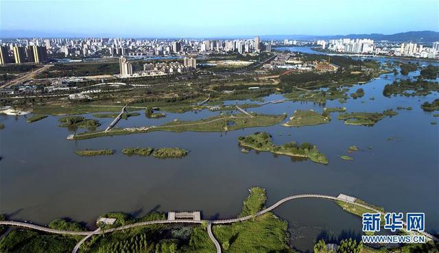 这是汉中市区一江两岸旁的汉江湿地公园(5月7日无人机拍摄)。