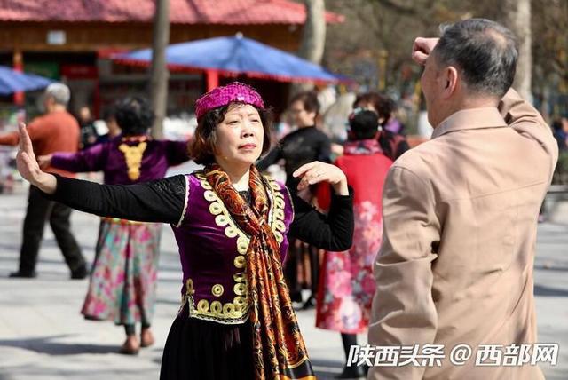 西部网讯(记者 赵昊)随着春天到来,守着暖气过冬的西安市民也换上了春装走出家门,在西安兴庆公园里,大家或游园散步,或跳舞健身,充分感受春天勃勃的生机。