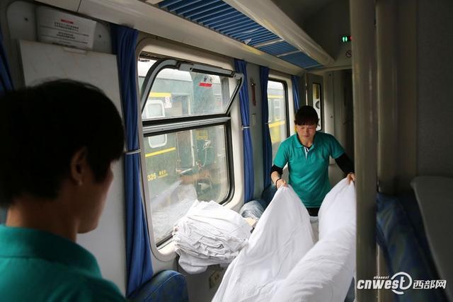 5月6日,西安到银川k1085次列车进库做清洁,保洁员张菊花和李秋霞两人配合,将卧铺车厢的床单、枕套、被套全部更换,一节车厢66个被子的被套,她俩半个小时就能换好。