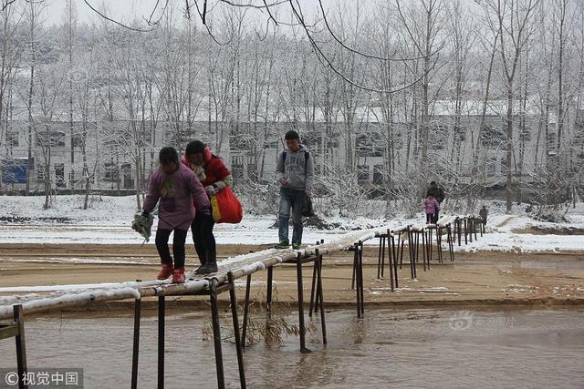 2018年1月10日消息,陕西汉中,为了方便孩子们上学,村民自筹资金用钢板、竹子和铁丝建起简易竹桥。然而,桥窄且滑,一不小心就有坠入桥下的可能。