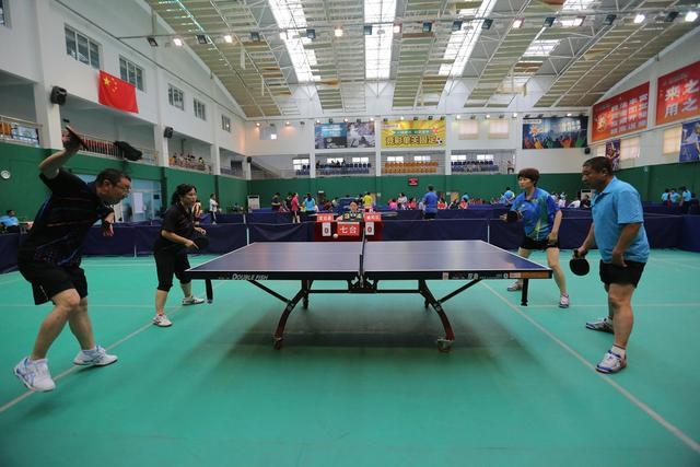 乒乓球是我国的国球,榆林市第四届全民健身运动会将乒乓球作为一项大的体育运动项目列入此次运动会当中,比赛有13支参赛队110余名队员参加。