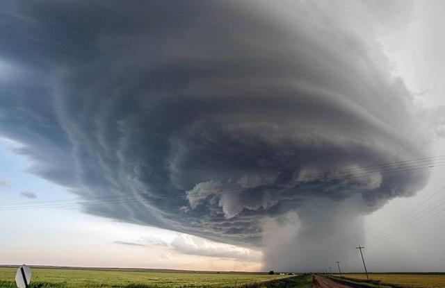 """因此,常有一些摄影师去那里追逐龙卷风,他们被叫做""""风暴追逐者""""。这些勇敢的摄影师将自己置身于危险之中,企图抓拍到一些震撼人心的景象。"""