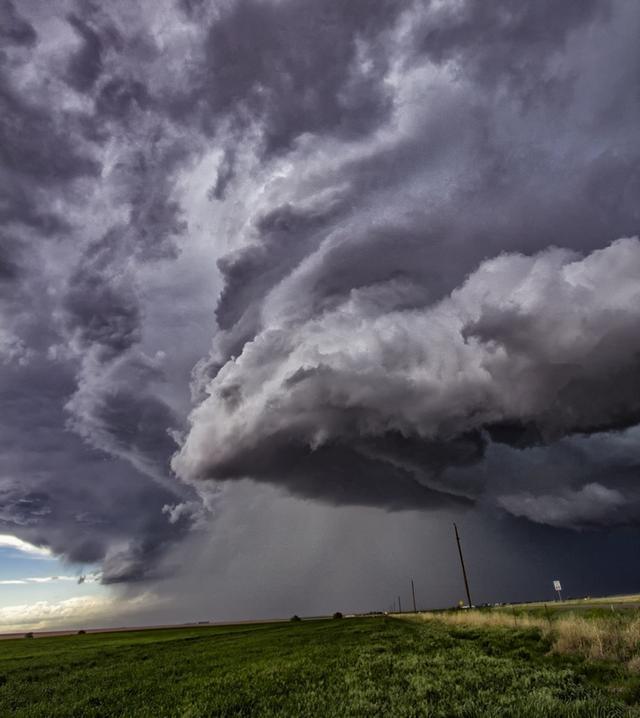 """常遭龙卷风侵袭的美国中西部平原被称为""""龙卷风巷""""。""""龙卷风巷""""横跨五个州,美国近九成的龙卷风几乎都发生在那里。"""