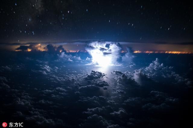 这不,近日他从驾驶的波音767-300ER飞机舱里又拍摄下了一组雷暴和云的照片,画面分外壮观。东方IC