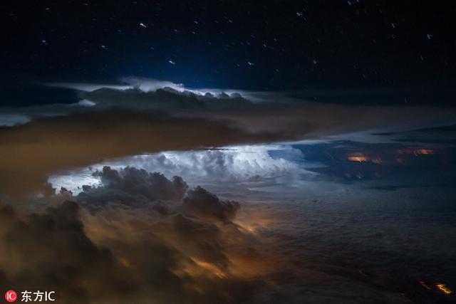 来自厄瓜多尔基多的Santiago Borja Lopez是南美一家航空公司的飞行员,在执行飞行任务的过程中,Santiago时常会看到天空中一些令人震撼的自然现象,每当此时,他都会拿起相机记录下了这些难得一见的画面。