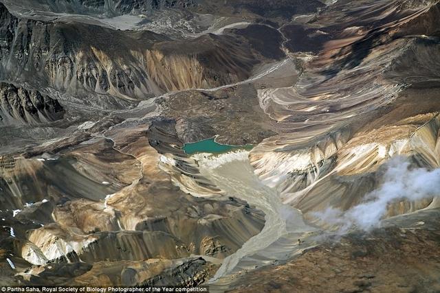 摄影师帕尔塔·萨哈(Partha Saha)在3万英尺高空乘机飞行时,拍摄到一个翠绿的冰川湖。它位于印度查谟和克什米尔地区附近的赞斯卡山脉。他对这张照片评价称,这一景象真的是隐藏起来的,因为没有人能够在地球任何地方看到如此美丽的景象!(叶倾城)