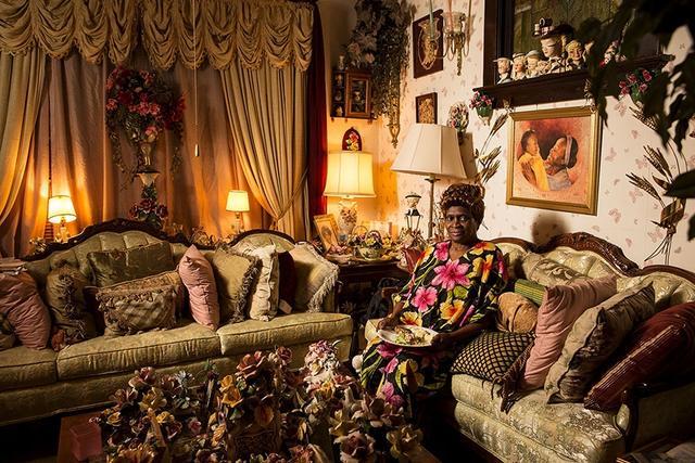 """摄影师Lois Bielefeld记录了美国不同家庭的工作日晚餐(部分照片拍摄于卢森堡),揭示了各种人的生活习惯。提及拍摄这组照片的动机时Lois说到,""""我对于他人的生活习惯特别好奇,我一直渴望走近别人的家庭,去满足好奇心以及得到一些微妙的见解""""。"""