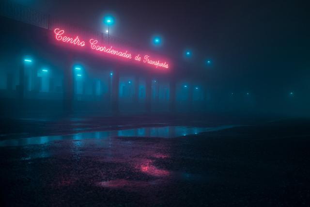 """这组名为""""完美的黑暗""""(Perfect Darkness)的作品是摄影师亨利·普雷斯特拍摄的长期项目。他在夜晚驾车穿越阴暗、荒凉的乡村,并捕捉到了特定时刻下的不安感。昏暗的风景被汽车的大灯照亮,笼罩在浓雾之中。该系列照片拍摄于葡萄牙和西班牙的偏远村庄和森林附近,而这些场景正是这位摄影师对童年生活记忆的诠释。"""