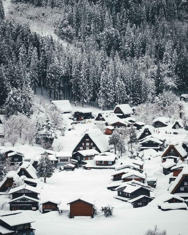 日本摄影师Takashi Yasui(保井崇志)在Instagram上拥有超过10万的文思,他通过自己的镜头,将在日本一个个独特的瞬间记录下来,让人印象深刻。这一次,他将镜头对准了被厚厚白雪覆盖的深山老林,寻觅了一处令人向往的景致,仿佛与世隔绝,无论是山野还是日式传统的建筑,在保井崇志的镜头下,都呈现出了美轮美奂的画面。