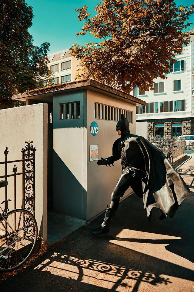 作为超级英雄的蝙蝠侠,除了伸张正义之外,他也有着自己的闲暇时光。那么作为超级英雄的他在闲暇时候会做些什么呢,摄影师Sebastian Magnani就用镜头讲述了蝙蝠侠在日常时会做的一些消遣时光的画面。从画面中,我们能够看到除了动漫中救人的英雄场景之外,在独处的时候蝙蝠侠也是一个普通人。