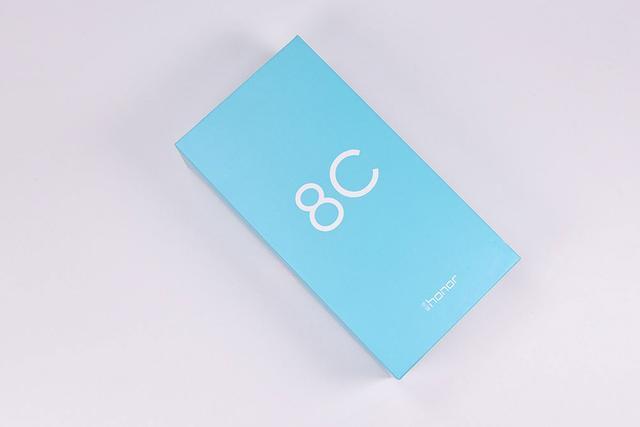 北京时间2018年10月11日,荣耀发布了畅玩8C。配置上,荣耀畅玩8C采用骁龙632,全系标配4GB运行内存起步。荣耀畅玩8C还采用4000mAh,官方号称可以2天一充。售价方面,荣耀畅玩8C 4+32GB售价1099元,4+64GB售价1399元。