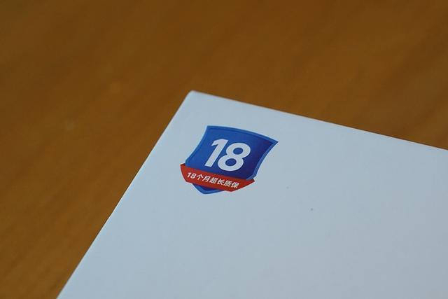 """全新的Redmi Note 7重新设计了包装,放弃了之前的全红色设计,转而选用纯白色调的简约设计,""""Redmi""""字体多彩靓丽,多了几分年轻的气息。同时包装的左上角印有特殊的标志,意在强调率先提供18个月质保。(后期包装有所改变)"""
