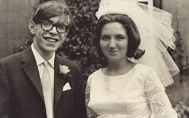 1963年霍金结婚照。