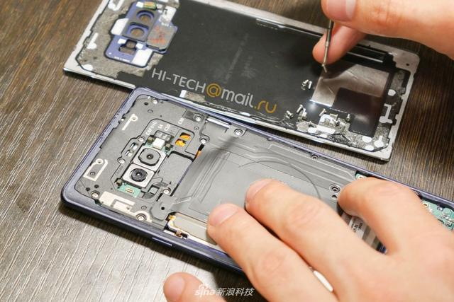外观上,Galaxy Note9和Note8几乎相同,那么,Note9是否值得买?三星的工程师在一年内究竟决定了哪些问题?我们一同来看一下来自国外网站HI-TEACH带来的Note9首拆图赏吧!