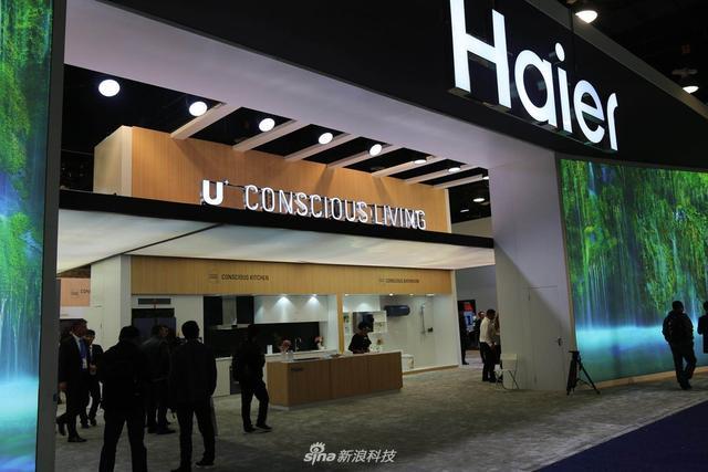 在2018 CES海尔展馆中,有智能手机、智能手表、海尔电视等多种产品亮相。