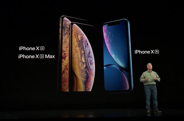 """9月13日凌晨,苹果召开2018秋季发布会,总共推出3款手机和一款手表(两尺寸)。其中iPhone XS是X升级版,屏幕5.8寸OLED材质、后置双摄、实体单卡;iPhone XS Max屏幕6.5寸OLED材质、后置双摄、中国区双卡双待;iPhone XR为6.1寸LCD屏幕、分辨率降低、后置单摄、实体双卡。总结起来就是""""中国有双卡"""",售价创新高,最高配机型售价达12799元。图为真机上手实拍。"""