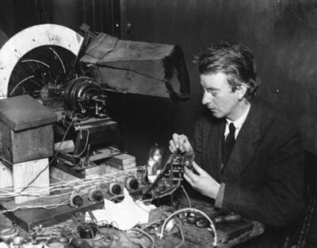 谈论到电视机的诞生,有一个人不得不提,英国人,约翰-洛奇-贝尔德,1925年,他用废材料展示了一种装置,可以产生图像,这就是现代电视机的雏形